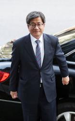 김명수 대법원장, 31년 재판 실력 보여줄 때다