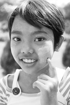 다나카를 바른 미얀마의 소녀