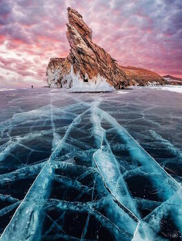 Spectacular Photos Capture Frozen Beauty of Largest Freshwater Lake in the World