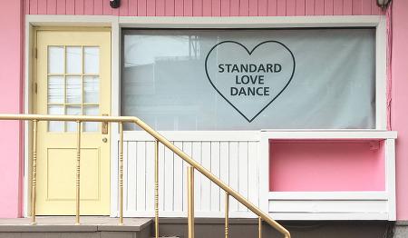 핑크 빛 비스트로 펍 '스탠다드 러브 댄스'
