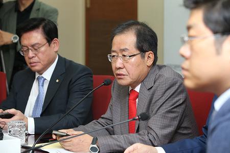 홍준표 대표, 북핵 용도는 북한 스스로 적화통일용이라 하는데 문정권은 체재 보장용이라고 말한다.
