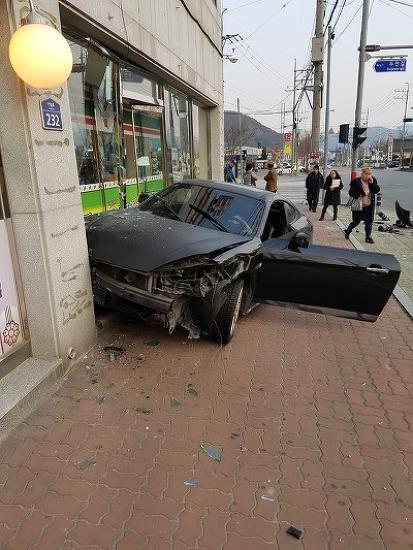 투스카니 차량 피하다가 인도로 돌진 편의점 파손 보도 블럭 파손