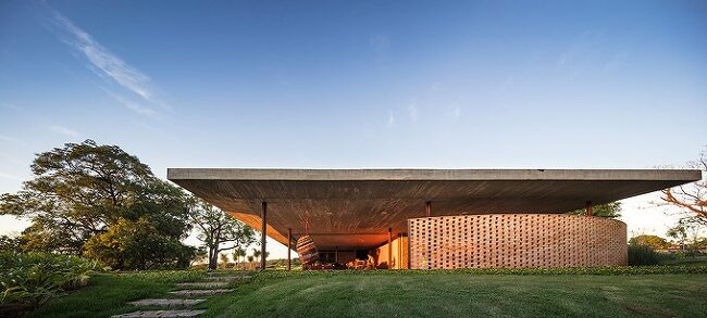 *주변 잔디를 모방한 녹색지붕의 거대 주택-[Studio MK27 tops 'planar house' in brazil with an expansive green roof]