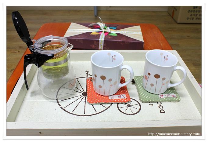 티포트와 컵들