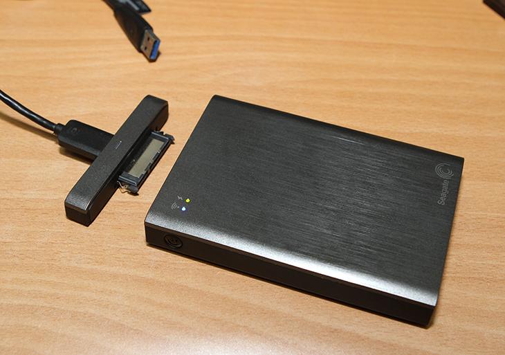 [인텔 컴퓨트 스틱] ,토렌트 다운로드, 멀티미디어 서버,IT,IT 제품리뷰,intel compute stick,인텔 컴퓨트 스틱,[인텔 컴퓨트 스틱] 토렌트 다운로드 멀티미디어 서버를 만들어 보도록 하겠습니다. 작은 소형 컴퓨터인 스틱PC에 외장하드를 장착해서 공간을 늘렸습니다. 그 후 저장공간에 토렌트를 이용해서 파일을 다운로드 해 봤습니다. 속도를 높이기 위해서는 유선랜포트를 이용해서 인텔 컴퓨트 스틱의 유선 속도를 증가시킬 수 있었습니다. USB 2.0 포트이므로 물론 아주 엄청난 속도로 많은 다운로드를 빠르게 하는것은 힘들었지만 아주 저전력으로 충분히 다운로드를 받을 수 있었습니다. TV와 연결해서 사용하면서 가끔 영화를 다운로드 받고 바로 재생해서 보고 하는 용도로 참 좋아보였습니다. 화면을 끈 상태로 계속 다운로드를 걸어둘 수 있어서 더 유용했습니다. 그렇게 하면 정말 한달 내도록 켜놓아도 부담은 없어보였습니다. 인텔 컴퓨트 스틱을 씨게이트 와이어리스 플러스와 사용을 해 봤습니다. 씨게이트 와이어리스 플러스는 무선으로 연결이 가능한 외장하드 입니다. 그런데 무선으로 연결해서 사용하려니 속도가 너무 안나오긴 하네요. 그래서 제 경우에는 시놀로지 NAS와 유선으로 연결한 씨게이트 와이어리스 플러스에 저장공간을 연결해서 사용해 봤습니다.