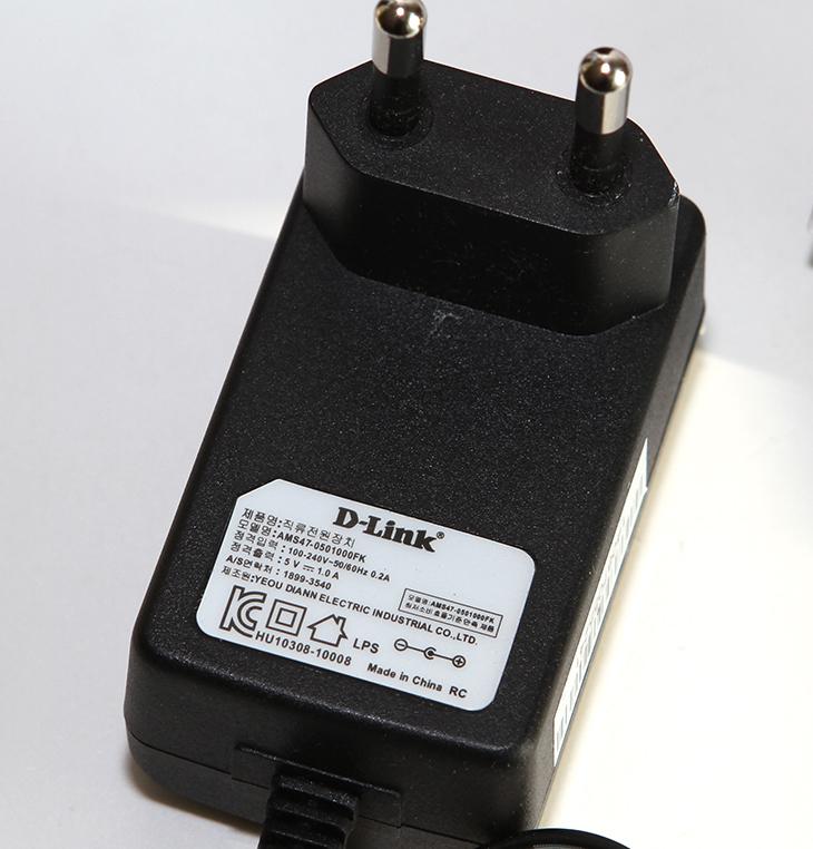 디링크 DIR-550A 후기, 넓은 커버리지 유무선공유기,디링크,D-link,dlink,IT,IT 제품리뷰, 후기,사용기,DIR-550A,DIR-806A, 2.4GHz, 무선 커버리지,무선 범위,디링크 DIR-550A 후기를 올려봅니다. 넓은 커버리지 유무선공유기라고 이 제품을 소개할 수 있는데요. 미국 특허를 받은 2X2 내장된 720도 고성능 안테나가 사용이 되었습니다. 실제로 비교가 그나마 될만한 DIR-806A와 비교를 해봤는데요. 엄청난 커버리지에 놀랐습니다. 디링크 DIR-550A 후기에서는 실제로 사용해보면서 이제품의 포지션은 무엇인지 그리고 여러분들이 가지고 있는 잘못된 상식을 파괘해 보려고 합니다. 제 경우에는 기가인터넷을 쓰고 있습니다. 그런데 기가인터넷을 막상 써보면 아직은 100Mbps 회선을 쓰는 사람이 더 많다는것을 알게 됩니다. 디링크 DIR-550A 후기를 적으면서 어떻게 보면 제가 가진 기가인터넷 회선을 다쓰지 못할것입니다. 하지만, 그렇게 큰 불편함이 없을 수 도 있는 점은 아직은 대부분은 100Mbps로도 크게 부족하지 않더라는 것 입니다.물론 기가인터넷이 되면 좋은점이 있습니다. 4K 셋톱 TV G UHD를 쓰고 있는데 TV를 보던 중 채널을 넘기거나 할 때 속도가 매우 빠릅니다. 그리고 NAS를 사용 중에 외부에서 다운로드나 업로드 시에도 꽤 빠른 성능으로 전송할 수 있습니다. 그런데 실제 기가인터넷을 써보면 아직은 네이버나 다음 서비스마저도 최대 다운로드 속도를 20MB/sec로 제한하고 있고 P2P 서비스의 경우에도 아직은 100Mbps 서비스를 쓰는 사람이 대부분이여서 속도가 아주 많이나오지 않는게 보통이긴 합니다.디링크 DIR-550A는 유선 100Mbps , 무선 300Mbps의 스펙을 가진 제품입니다. 근데 특징이라면 기존의 고사양의 디링크 제품의 원통형의 디자인을 그대로 가져왔습니다. 그런데 크기가 아주 작아져서 아주 작은 원통형의 디자인을 갖게 되었습니다. 하지만 미국 특허의 위아래 360도 좌우 360도로 720도의 아주 넓은 범위로 무선 신호를 받게 되고 꽤 먼거리까지 커버가 가능해서 집에서 아주 안쪽에 화장실이나 창고 등에서도 꽤 빠른 성능으로 무선 연결이 가능합니다.