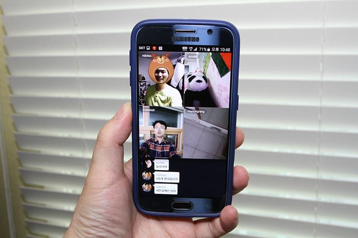 에어라이브 페이스 채팅, 4명 동시에, 화상채팅, 가족 만나기,어플,화상어플,화상채팅 어플,어플,어플 추천,it,모바일,에어라이브 페이스 채팅 4명 동시에 화상채팅 가족 만나기를 해 봤는데요. Airelive는 상당히 유용한 영상어플 입니다. 스마트폰이 있고 채팅을 하는것은 무척 유용합니다. 가족끼리 모두 대화를 할때에도 저도 채팅을 자주 이용하는데요. 그런데 얼굴을 보고 직접 채팅하는 에어라이브 페이스 채팅은 더 유용합니다. 4명이 동시에 얼굴을 보면서 이야기로 화상채팅이 가능하기 때문이죠. 저도 이 어플을 상당히 유용하게 사용을 했는데요. 4명이나 화상채팅을 하지만 에어라이브 페이스 채팅은 데이터 사용량도 상대적으로 상당히 작습니다. 덕분에 가족 모두가 큰 부담을 느끼지 않고 여러번 화상채팅을 할 수 있었습니다. 어머니도 아들 얼굴을 볼 수 있어서 좋아하시네요. 돈을 아끼신다고 영상통화 등은 한번도 안해보신 부모님인데 이렇게 쉽게 짧게라도 화상통화를 하도록 해드리니 기뻐하시네요.