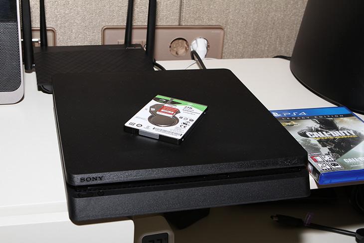 플레이스테이션4 ,하드디스크 교체, 씨게이트 ,바라쿠다, 2.5인치, 2TB,IT,IT 제품리뷰,PS4를 사용 중에 용량이 부족할 수 있습니다. 넉넉한 용량으로 늘려보죠. 플레이스테이션4 하드디스크 교체 씨게이트 바라쿠다 2.5인치 2TB로 해서 넉넉하게 써보도록 합니다. Seagate 바라쿠다 2TB 모바일 HDD를 만져봤는데요. 디자인이 꽤 이쁘군요. 성능도 알아볼겁니다. 플레이스테이션4 하드디스크 교체는 실제로 해보면 전혀 어렵지 않습니다. 그리고 그전에 쓰던 하드디스크로 문제가 될 경우 다시 갈아끼면 됩니다. 씨게이트 바라쿠다 2.5인치 2TB로 바꿔봅시다.