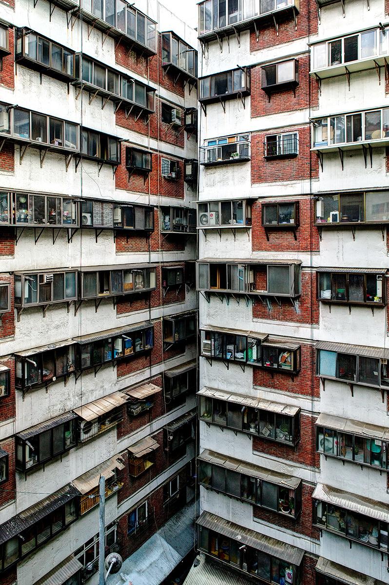 회현동 시범아파트-ㄷ구조에 바람도 햇빛도 지날곳 없게 지어진 특이한 모양의 아파튼. 아파트 임에도 ㄱ자로 꺾인 부분의 세대는 마주보게 되어있다.
