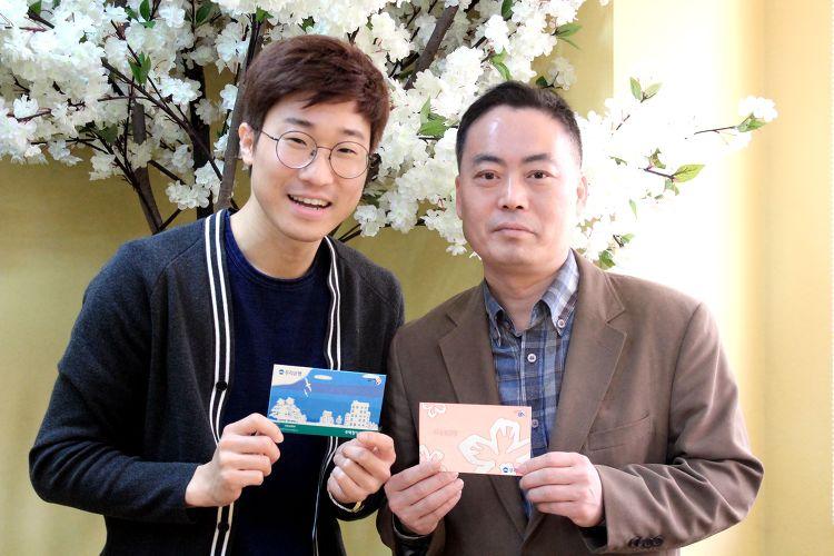 태화샘솟는집 후원홍보부 김지현씨와 김복기씨가 통장을 들고 환하게 웃고있다.