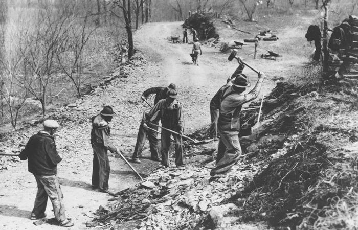 사진: 1936년 미국 테네시 인근 도로 공사 장면. 미국은 대공황을 맞자 경기를 살리기 위해 뉴딜 정책을 했다. 하지만 거의 100년 전의 정책이다. [이명박의 4대강 사업 문제점]