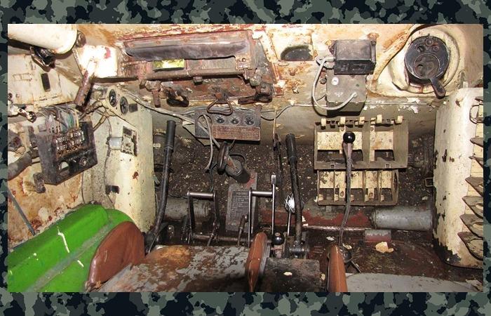 사진: T-34 탱크의 내부 조종석 모습. 관리가 잘 되지 않은 최근 사진이지만, 과거의 모습을 잘 알 수 있다. [6006부대의 네코부대 활약상]