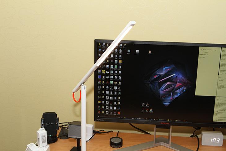 샤오미 ,LED 스탠드 ,이쁜 디자인, 색온도, 직접 조절 ,가능한, 제품,IT,IT 제품리뷰,직접 보니 상당히 이쁘게 만들긴 했네요. 기능성도 상당히 좋은 편 입니다. 샤오미 LED 스탠드 이쁜 디자인 색온도 직접 조절 가능한 제품에 대해서 알아보도록 하겠습니다. 하얀색이 먼저 생각이 나는데요. 샤오미 LED 스탠드는 디자인적인 부분과 기능적인 부분을 합쳐놓았습니다. 조절하는 노브가 하나 뿐인데 이것으로 대부분 기능을 수행하도록 해놓았습니다. 그래서 디자인상도 받았네요.