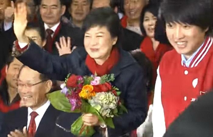 사진: 1970년대 유신시대의 정치를 아직도 그리워하는 박근혜 전 대통령을 당선시키므로서 대한민국의 권위주의를 더욱 되살아났다. [너무 늦게 나온 대통령 이명박, 박근혜]