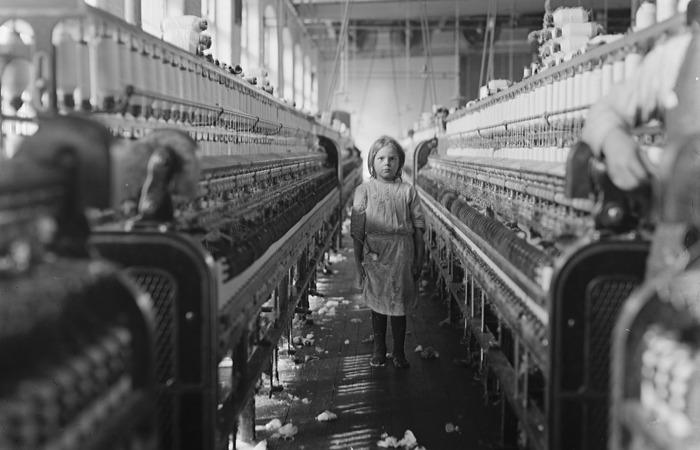 사진: 19세기와 20세기 초, 자유자본주의가 강해지면서 어린이들까지 공장에서 혹사당하는 사태가 장기간 벌어졌다. 이것도 참된 민주주의가 아니다. [공산주의, 민주주의 반대말이 아니다]