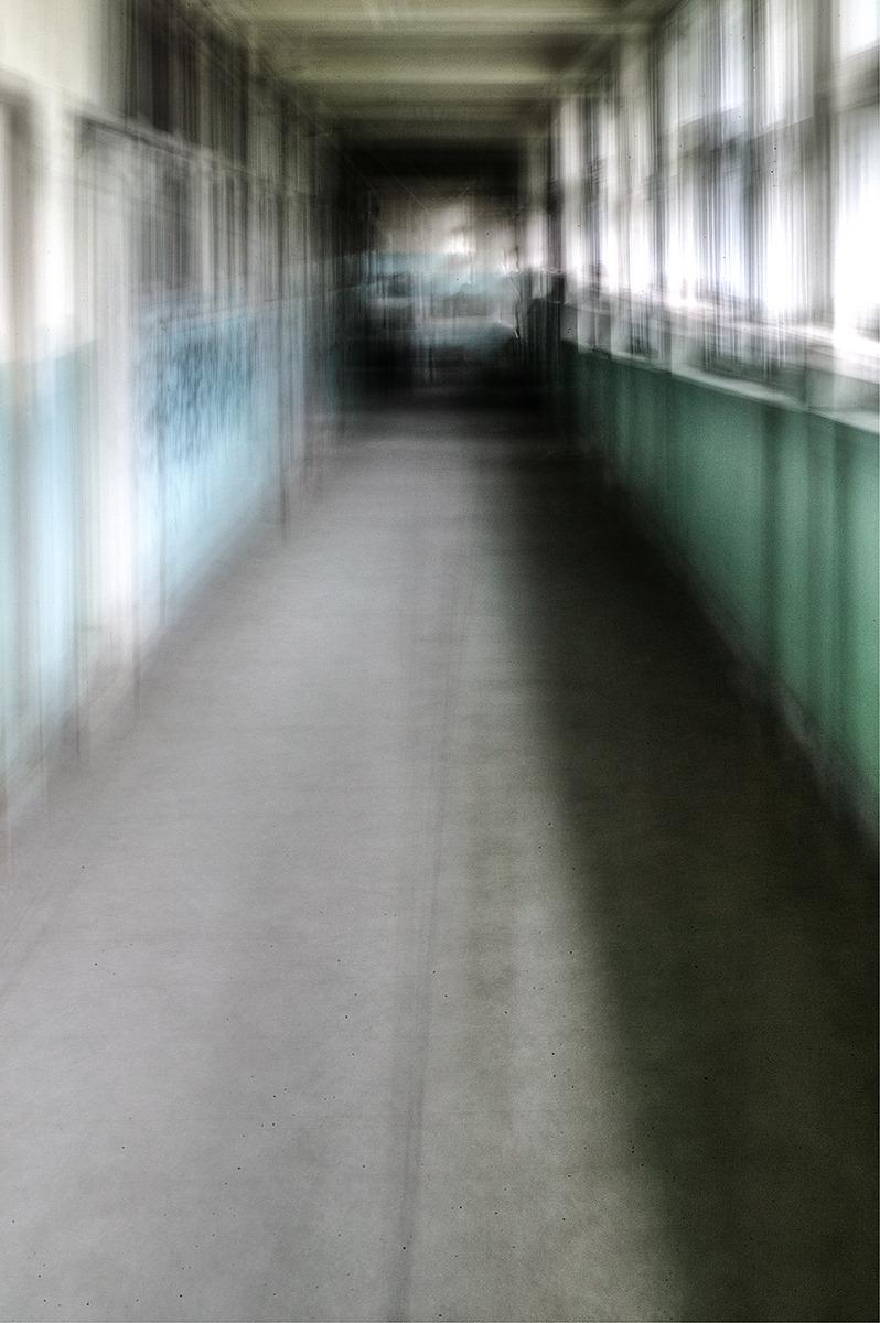 학교 복도를 걸어가며 촬영한사진. 천천히 앞으로 걸어가며 장노출로 촬영되어 화면에 흔들림이 보인다.