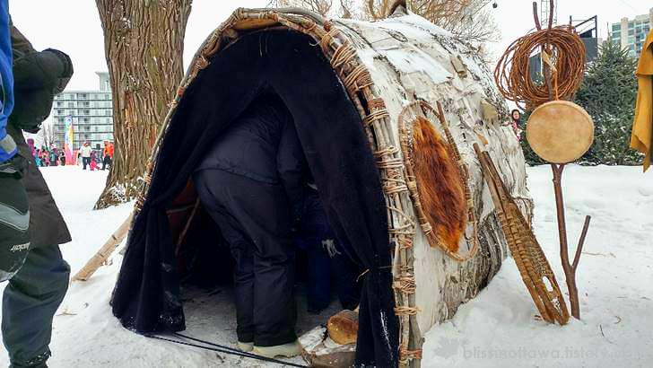 자작나무로 만든 원주민 텐트입니다