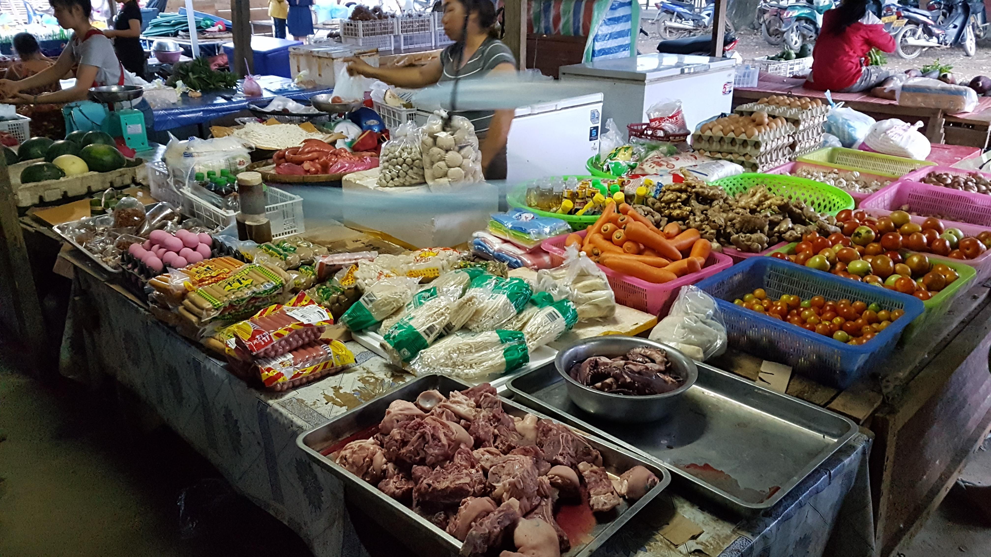 [라오스 방비엥] 이번에는 저녁시장!!!, 가격, 간식, 감자, 고구마 튀김, 고기, 고기 완자, 고소, 고추 꼬치, 과일 가게, 관광객, 규모, 꼬마, 꼬치, 노트, 뇌, 단맛, 두리안, 두부, 땡초, 라오스, 매콤, 멜론, 물엿, 반납, 방비엥, 블로그, 상인, 소세지, 소시지, 스펠링, 시간, 시내, 시장, 식감, 아침 시장, 애기 감자, 야채, 어묵, 영어, 오토바이, 위치, 의사소통, 이쑤시개, 장난, 저녁 시장, 정리, 정체, 조각, 조그만 시장, 주차료, 주차장, 차곡, 칠리, 칠리 소스, 컨셉, 튀김, 파장, 하얀색 멜론, 학교, 한국말, 호구마, 호박 고구마, 황금 고구마, 흥정