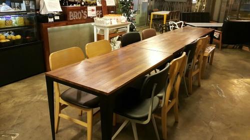 여러명이 앉을 수 있는 테이블