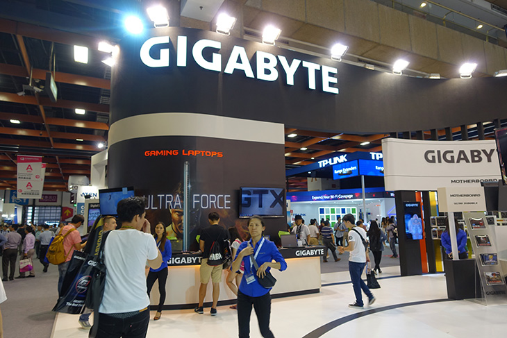기가바이트 컴퓨텍스 2015, GA-Z170X-Gaming G1, 신제품,기가바이트 브릭스,IT,IT 제품리뷰,Z170 칩셋,Z170,Z150,X99,메인보드,기가바이트 메인보드,기가바이트 컴퓨텍스 2015 부스에 다녀왔습니다. GA-Z170X-Gaming G1 신제품과 새로운 게이밍 노트북들이 나왔었는데요. 신형 메인보드 경우에는 전시장의 부스에서 전시된게 아니라 따로 별도의 룸에서 공개가 되었습니다. 저도 사진을 구해서 올려봅니다. 기가바이트 컴퓨텍스 2015 부스에 가서 본 것들도 하나씩 올려보도록 하겠습니다. 스카이레이크가 준비되면서 메인보드에서도 신형 칩셋을 이용한 메인보드들이 나오고 있습니다. GA-Z170X-Gaming G1는 그중에서 가장 상위급의 모델인데요. 디자인은 느낌상 잘빠진 레이싱카를 보는듯한 그런 느낌입니다. 특정을 살펴보면 Z170 칩셋을 사용한 최신 메인보드이며, USB 3.1 Type-C 을 지원합니다. PCI-E 슬롯은 특이하게 메탈 쉴딩을 해서 무거운 그래픽카드도 잘 견디도록 설계를 했습니다. HDMI2.0을 지원해서 4K해상도에서 60프레임을 온전하게 지원하게 되었습니다. CPU 전원부를 식히기 위해서 히트파이프를 통로로 한 워터블럭이 사용이 되었습니다.