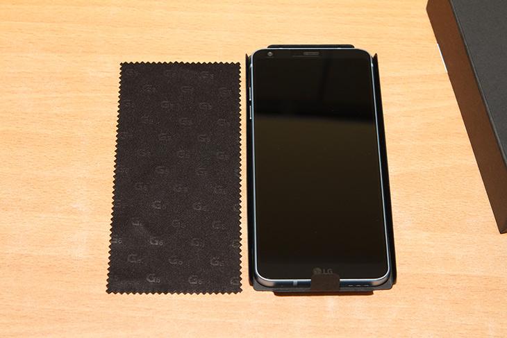 LG G6+ ,128GB ,무선충전 ,달라진 디자인, 색상, 개봉기, 비교기,IT,IT 제품리뷰,드디어 그동안 나오길 기다렸던 모델이 나왔네요. 이제는 거의 완벽합니다. LG G6+ 128GB 무선충전 되는 모델에 대해서 알아볼텐데요 달라진 디자인 색상에 대해서 알아보고 개봉기 비교기도 보여드릴께요. LG G6+ 128GB 무선충전이 되는 모델은 색상이 달라졌지만 기존 모델과 마찬가지로 방수방진은 물론 이제는 무선충전까지 되어서 더 편리해졌습니다. LG페이까지 사용이 가능하니 개인적으로는 정말 편해졌네요. 개인적으로는 저는 배터리 교체로 사용하는 것보다는 방수방진과 무선충전이 더 편하다고 생각을 하니까요.