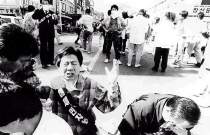 사진: 1981년 억울한 청년들을 고문하고 가두었던 부림사건. 우연히 부탁으로 시작한 부림사건의 변호가 노무현을 변화시켰다. [잘나가던 변호사 노무현입니다]