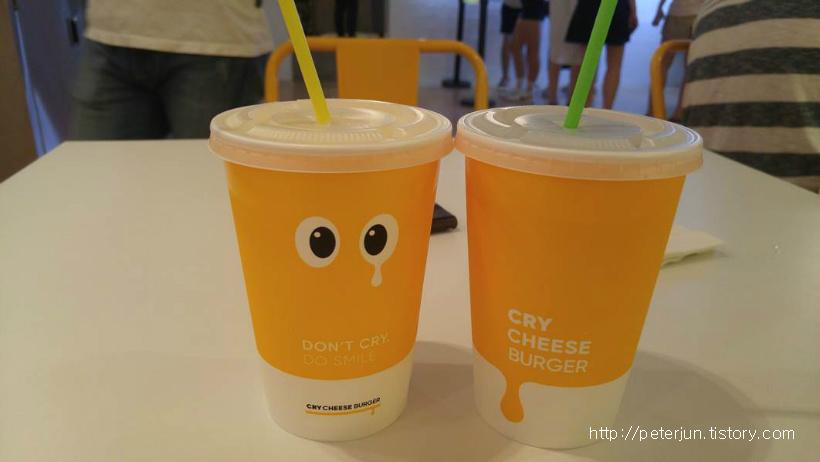 노란 음료수컵