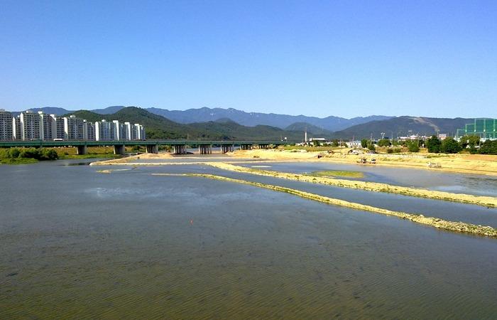 사진: 금호강 지류의 사진. 4대강 사업비는 최소 22조원이며 그 이상의 투입이 있었다고 한다. 더구나 매년 5천억원이 추가로 들어가야 한다. [문재인의 4대강 사업 감사 조사]