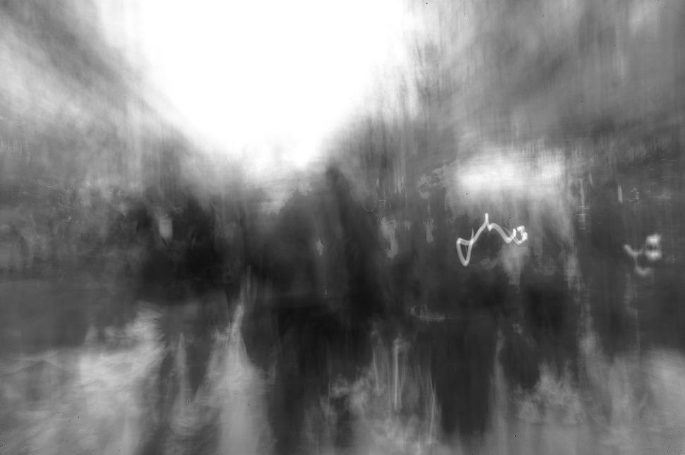단지 흑백으로 변환한것 뿐인데 사람들이 유령처럼 보였다.