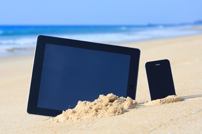해변의 스마트폰과 태블릿