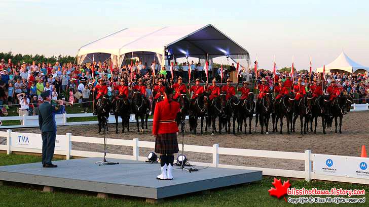 캐나다 왕립 기마 경찰단의 모습입니다