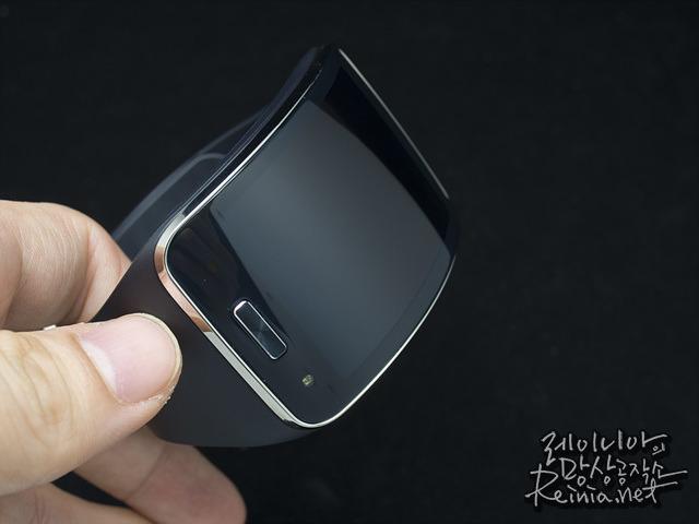 삼성 기어S 홈버튼 좌우에 센서 사진