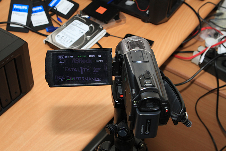 HDR-PJ820 손떨림 보정, 소니, Sony, HDR-PJ820, 캠코더, 손떨림 보정, HDR-CX550, 비교, 동영상, HDR-PJ820 손떨림 보정은 꽤 괜찮은 편입니다. 정확히 이야기하면 망원에서의 이야기 입니다. B.O.SS가 적용 되어서 입니다. 이것은 제가 CES에 갔을 때 직접 영상으로 보여드린적이 있는데요. 소니 핸디캠의 경우 그전에는 렌즈를 흔들어서 보정을 하는 정도였다면 HDR-PJ820 손떨림 보정은 렌즈와 주변 부분을 전부다 독립되어있어서 그것이 전체가 움직이면서 보정을 하는 방식 입니다. 기존에 비해서 혁신적으로 개선된 부분이긴 합니다. 이런 이유로 망원을 당기던 광각으로 하던 상관없이 손떨림 보정폭이 훨씬 커지게 됩니다. 예젠에 제가 3개의 캠코더를 나무판에 올려놓고 들고다니면서 흔들림 보정의 원리를 이야기해드린적이 있는데요.  글로 간단히 설명하면 화면을 보정하는 것은 가장자리를 그만큼 삭제 후 흔들리는 부분을 계속 중앙에 고정하여 가장자리를 지워 눈으로 볼 때에는 흔들리지 않는 영상이 나오도록 하는것입니다. 이것과 비슷한 소프트웨어 방식의 흔들림 보정이 유튜브에도 있긴 한데요. 손떨림이 되지 않는 스마트폰 등으로 영상을 찍었을 때 손떨림 보정을 하면 가장자리가 잘리거나 또는 지저분하게 보이면서 중앙 부분을 계속 일치시켜주는 기능이 그것입니다. 근데 소니 핸디캠은 하드웨어 방식으로 그것이 동작합니다. 물론 손떨림보정이 적용되면 그것이 적용되지 않은 것보다는 화질저하가 분명 생깁니다. 하지만 다큐멘터리를 찍을 용도라면 핸디캠이 아니라 준전문가용 캠코더로 가야겠죠. 그것이 아니므로 실제 생활을 촬영하는것에서는 소니 핸디캠이 더 적합합니다.