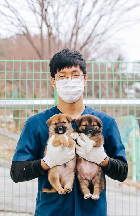 두 달 된 강아지와 박진원 사양관리사