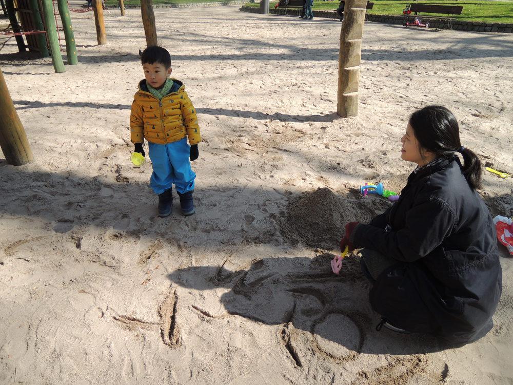 모래 위에 글자 쓰고 우쭐우쭐