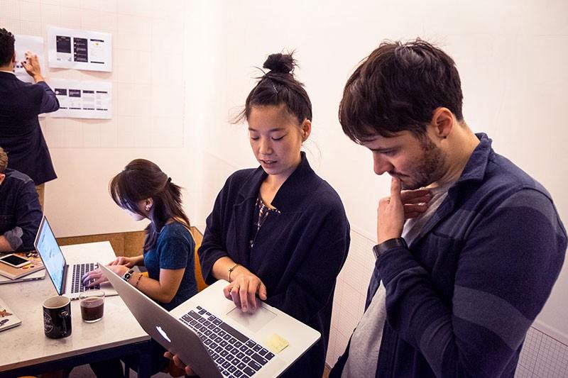 WeWork Digital 디자인 팀의 창의적인 리드: Stephanie Wu and Andrew Couldwell. 사진: Nina Robinson for Inside Design: WeWork