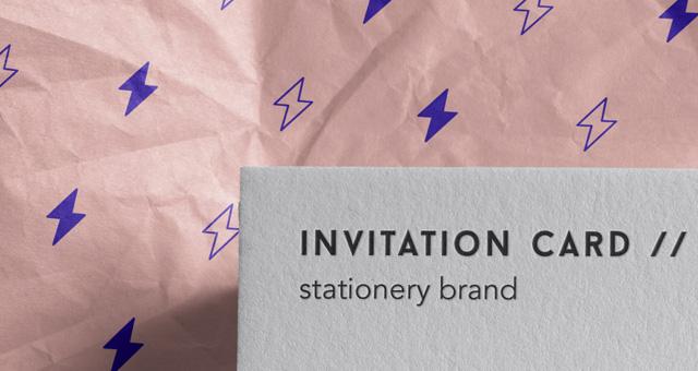 포장된 명함 목업 Invitation Card Mockup PSD
